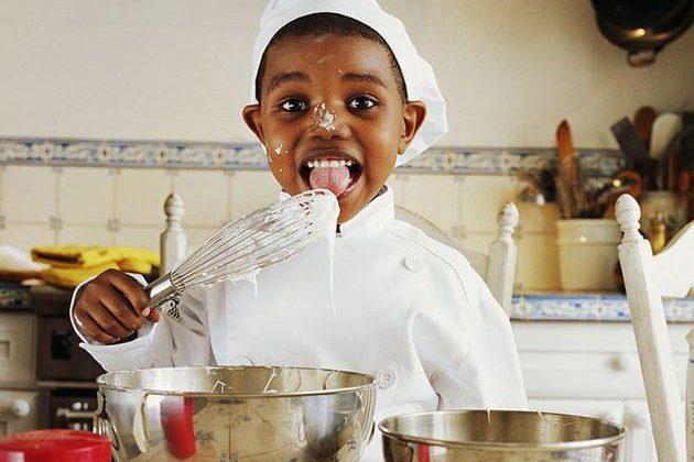 criança na cozinha
